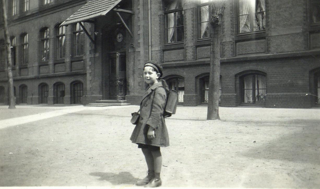 Wolfgang Borchert als Kind vor seiner Schule